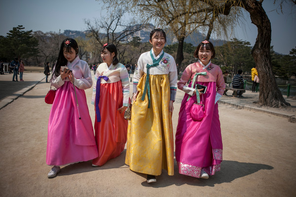 Young-Koreans-Appreciate-Traditional-Hanbok-9HtrkGBQ55al